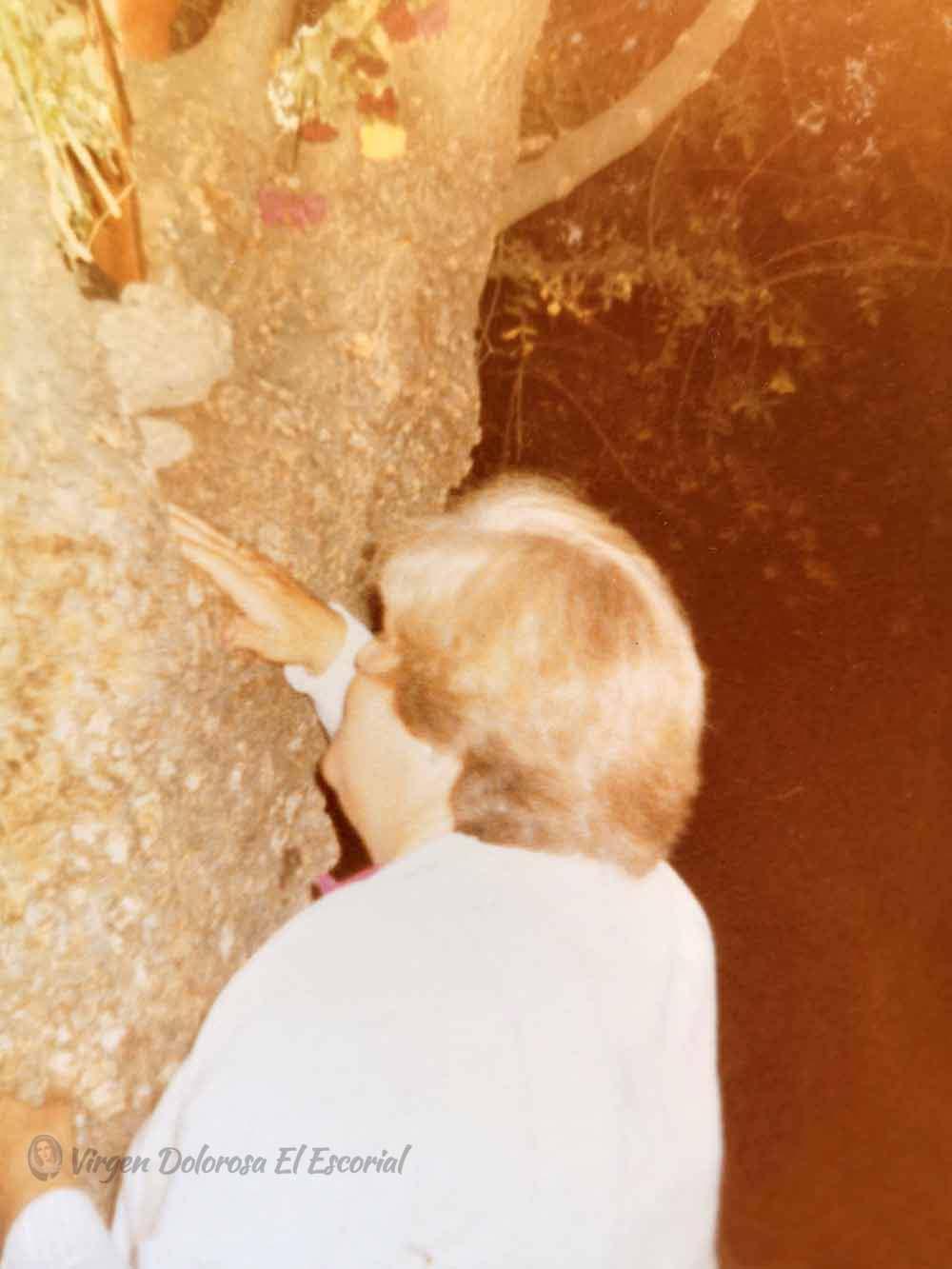 Luz Amparo junto al fresno de las apariciones marianas prado nuevo